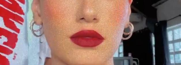 Vermelho: Camila Queiroz ousa com maquiagem monocromática