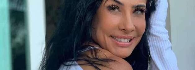 Scheila Carvalho esbanja simpatia em registro sorridente