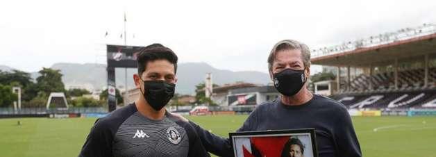 Jorge Salgado entrega homenagens para Germán Cano, maior artilheiro estrangeiro do Vasco no século XXI