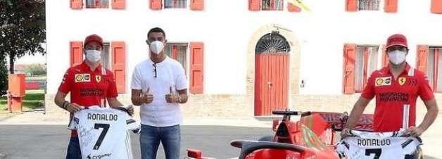 CR7 visita Ferrari e presenteia Leclerc e Sainz com camisas da Juve