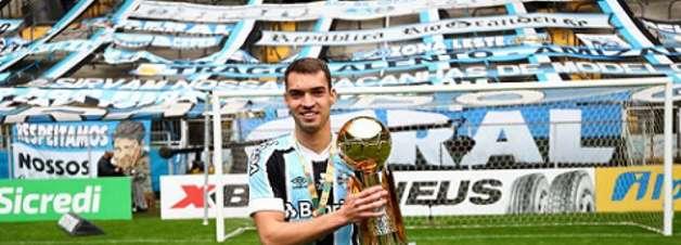 Titular na decisão, zagueiro da base do Grêmio comemora a Recopa: 'Mais uma taça na galeria do clube'