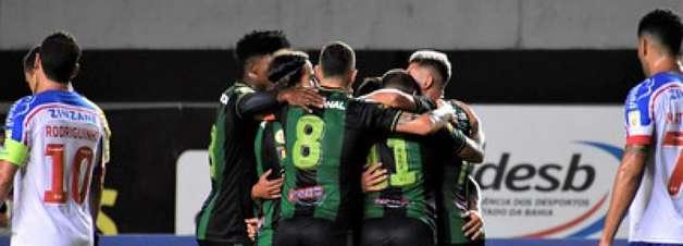Em jogo de sete gols, América surpreende Bahia e sai do Z4