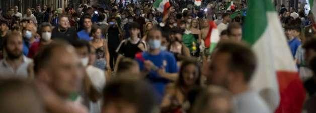 Torcedores tomam as ruas da Itália para celebrar título