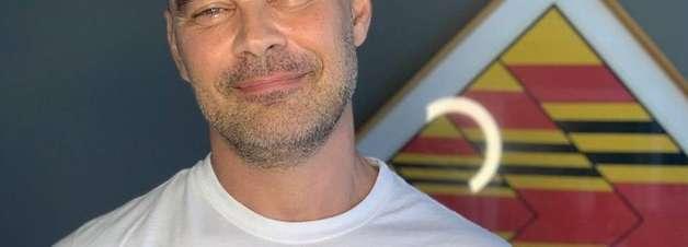 Carmo Dalla Vecchia revela que é gay e se declara ao marido
