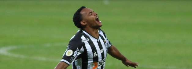 Atlético-MG vence Athletico-PR e se aproxima do Palmeiras