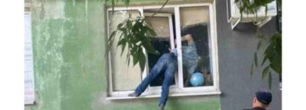Homem fica preso em janela de apartamento da ex-namorada