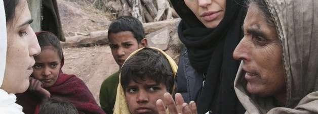 Angelina Jolie divulga carta de menina afegã em rede social