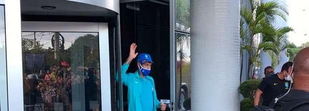 Mais de cem pessoas vão receber Seleção em hotel antes de treino em Manaus; Neymar é o mais aplaudido