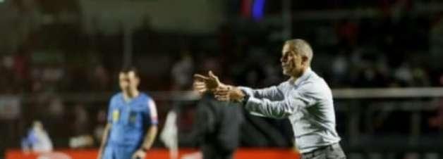 """Sylvinho diz que time """"pagou caro"""" pelo início no clássico"""