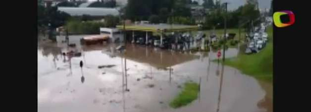 SP: alagamento impede passagem de carros pela Raposo Tavares