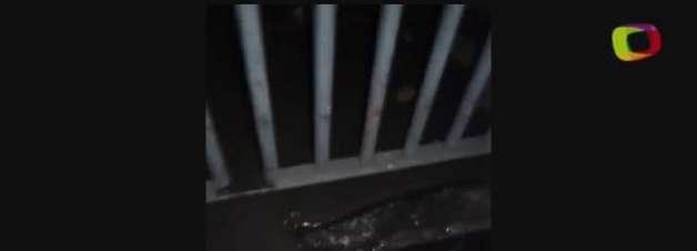 Água jorra em portão de imóvel na zona sul de São Paulo