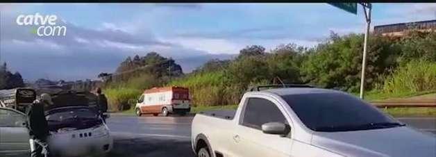 Após batida entre carro e moto, engavetamento é registrado na BR 277 em Cascavel