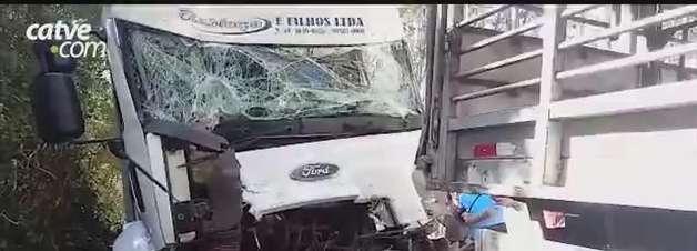 Motorista fica preso às ferragens após batida entre dois caminhões em Toledo