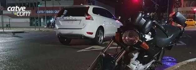 Motorista foge após se envolver em acidente na Avenida Brasil, no Centro