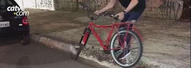 Ciclista de 26 anos fica ferida ao bater em carro estacionado na Avenida Brasil