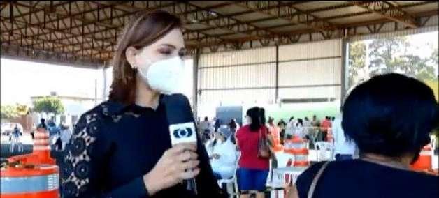 Repórter chama atenção de mulher que passou em frente às câmeras durante reportagem