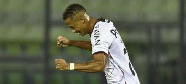 Vitinho celebra gol da vitória e comemora boa fase no Athletico