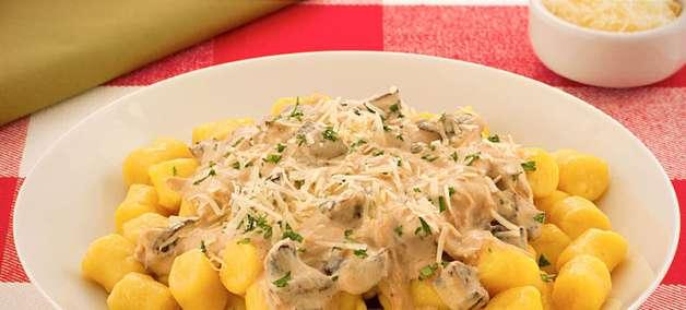 Nhoque com molho funghi para um almoço repleto de sabor