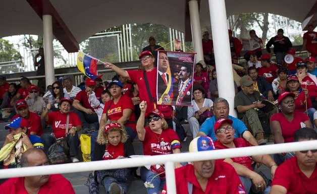 Cerimônia de despedida de Chávez começa com ato religioso