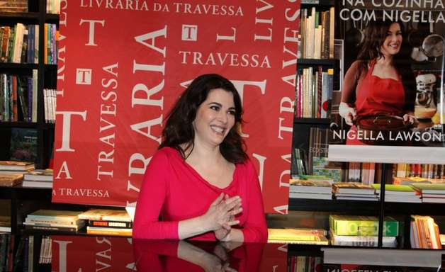 Apresentadora Nigella Lawson realiza noite de autógrafos no RJ