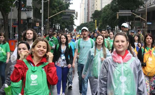 Após chuva e transtorno, peregrinação da JMJ termina com sol em Copacabana