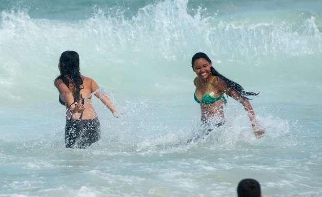 Peregrinos permanecem em Copacabana e tomam banho de mar