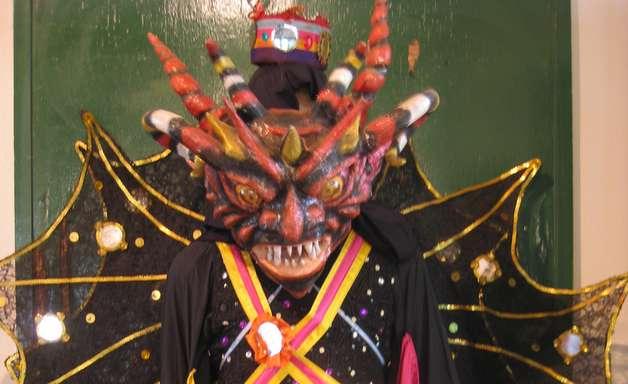 Diabo dança ao som de tambores em festival no Panamá