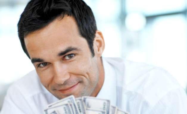 Homens recebem mais aumento salarial do que mulheres, diz estudo