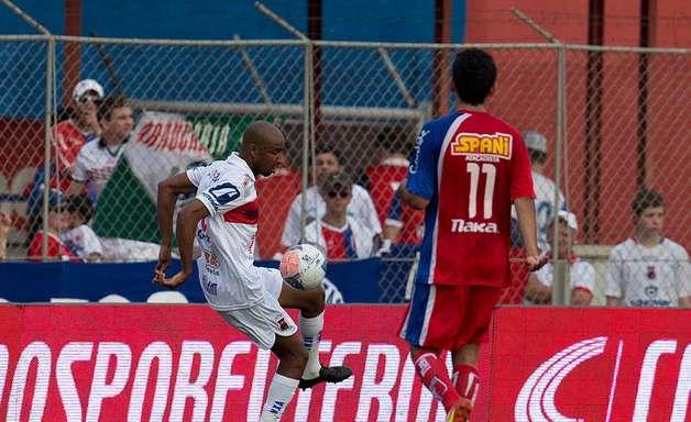 Jogando em casa, Paraná goleia Guaratinguetá e volta ao G-4