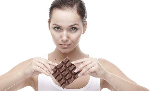 Comer chocolate não causa acne na pele; entenda