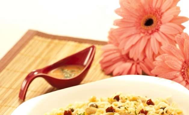 Faça receita de macarrão instantâneo basílico