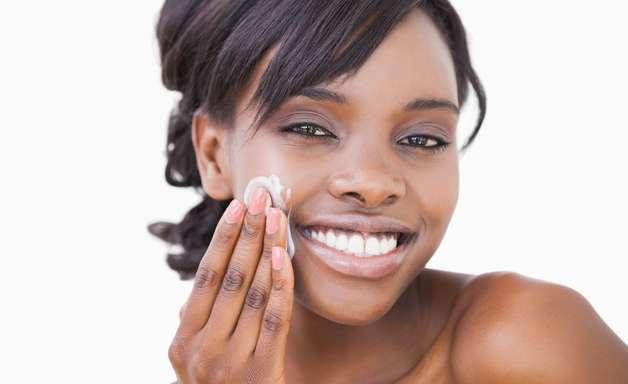 Apesar de oleosa, pele negra também sofre com ressecamento