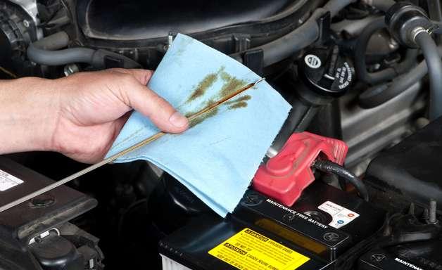 Entenda os riscos de deixar óleo velho no carro