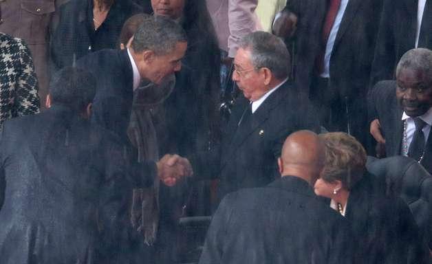 Em gesto histórico, Obama aperta mão de Raúl Castro no funeral de Mandela