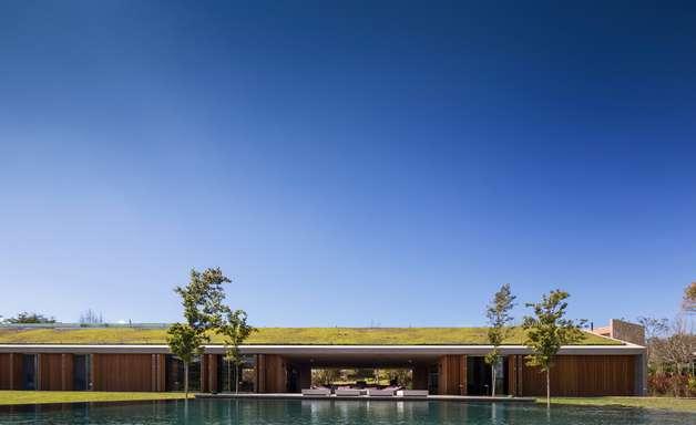 Telhado verde em casa de campo refresca e economiza energia