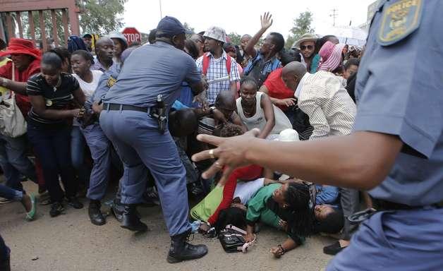 Excesso de público leva polícia a fechar acessos ao velório de Mandela