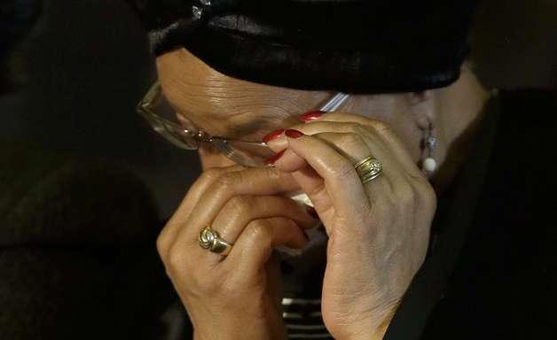 Viúva de Mandela chora ao receber bandeira que cobriu seu caixão