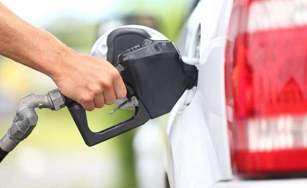 Carro gasta o mesmo com tanque cheio ou vazio; entenda