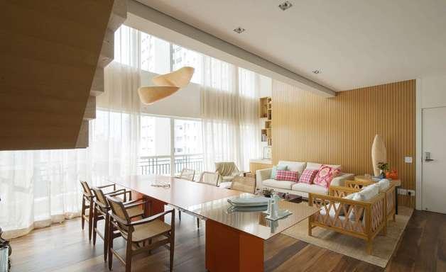 Madeira cria visual elegante em cobertura de 260 m2
