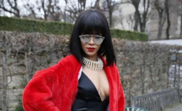Com look chamativo, Rihanna se destaca em semana de Paris