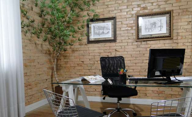Casarão velho vira escritório moderno com visual retrô em SC