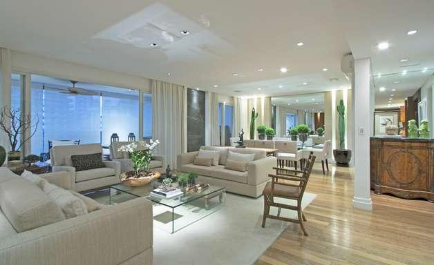 Apartamento usa cores neutras para transmitir ar sofisticado
