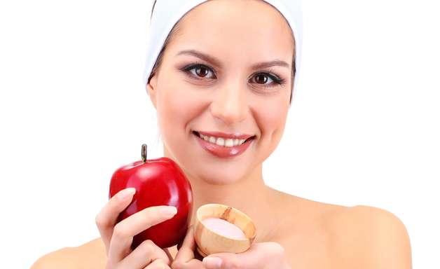 Feita com maçã, máscara desintoxica e clareia pele do rosto