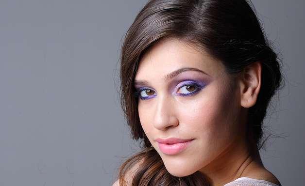 Passo a passo ensina maquiagem violeta; confira