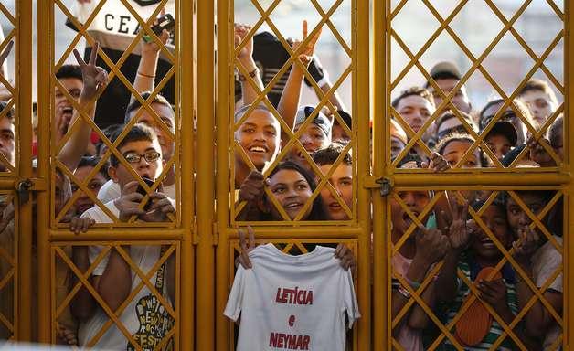"""Treino """"secreto"""" do Brasil para obras e mobiliza multidão"""