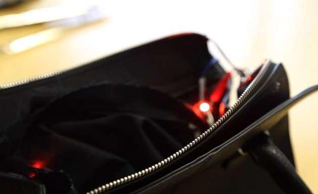 Bolsa trava e alerta mulher para evitar excesso de gastos