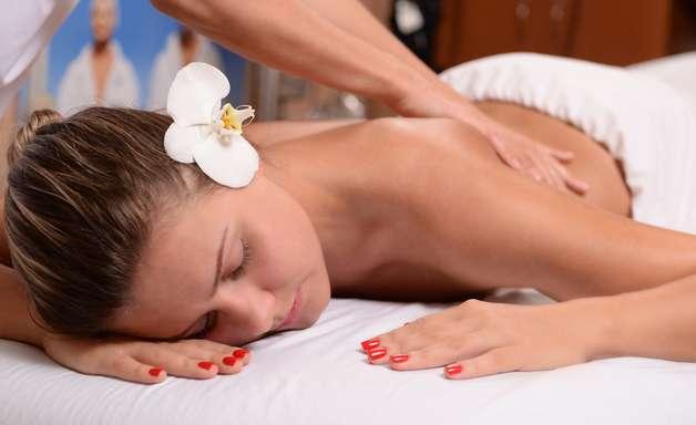 Massagens desintoxicantes tonificam a pele e reduzem medidas