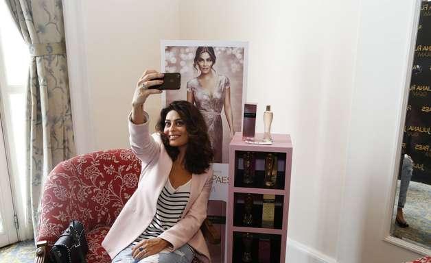 Com look discreto, Juliana Paes lança novo perfume no RJ