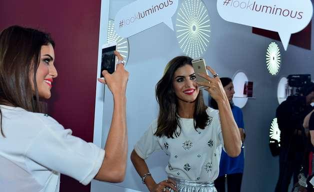 Camila Coelho faz selfie em lounge no SPFW