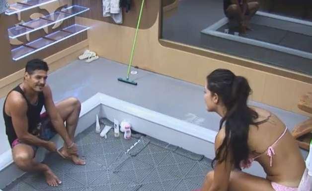 """Na 'Fazenda', Marlos pergunta a affair: """"lavou as partes?"""""""